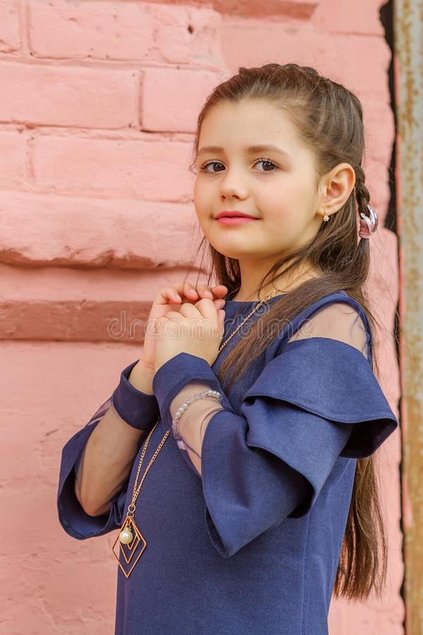 深色的女孩佩带的牛仔布礼服尖叫骄傲和庆祝非常激动的胜利和的成功,欢呼的情感 库存图片