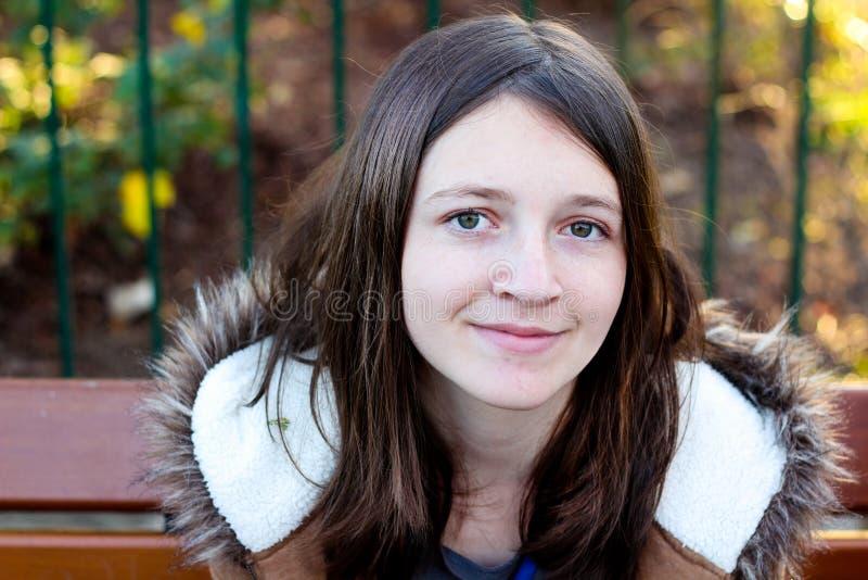 深色的女孩微笑的年轻人 免版税图库摄影