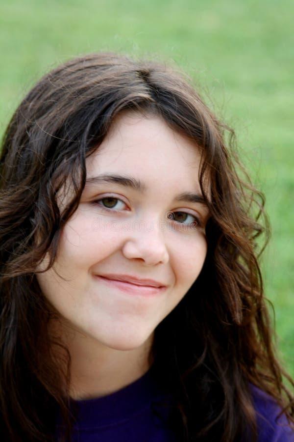 深色的女孩微笑的年轻人 库存照片