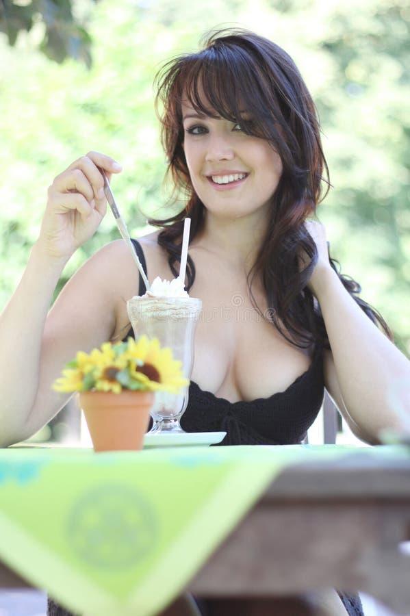 深色的奶油色冰妇女年轻人 库存图片