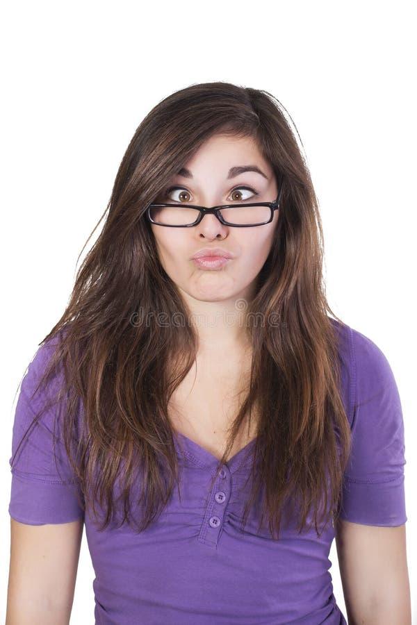 深色的妇女压倒多数地斜眼了看她的眼睛 免版税库存图片