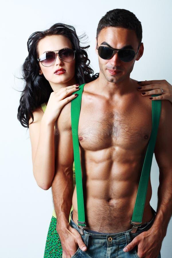 深色的妇女和露胸部的人 图库摄影
