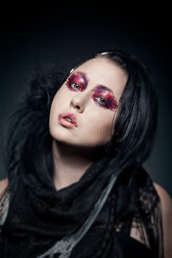年轻深色的妇女画象有时尚构成的在黑暗 库存图片