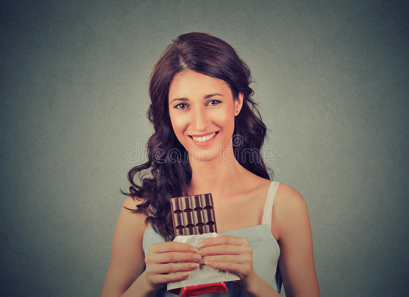 深色的巧克力爱恋的秀丽 愉快的妇女用黑暗的巧克力 免版税库存图片