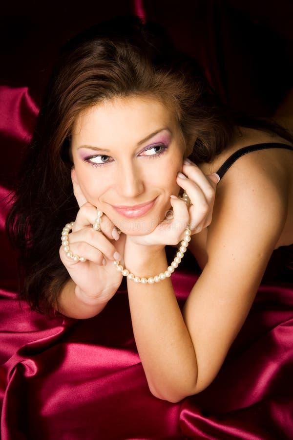 深色的性感的妇女年轻人 免版税库存照片