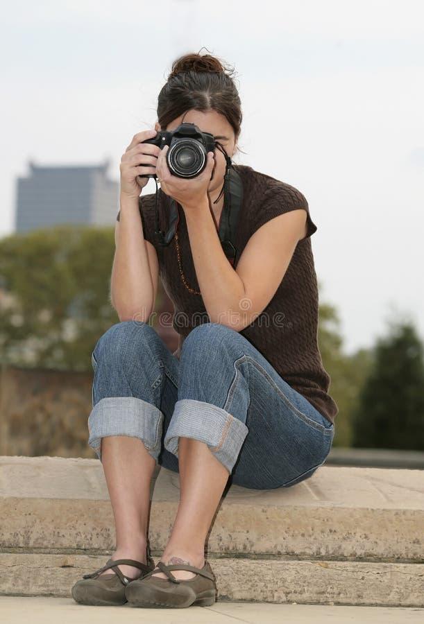 深色的摄影师妇女 免版税库存图片