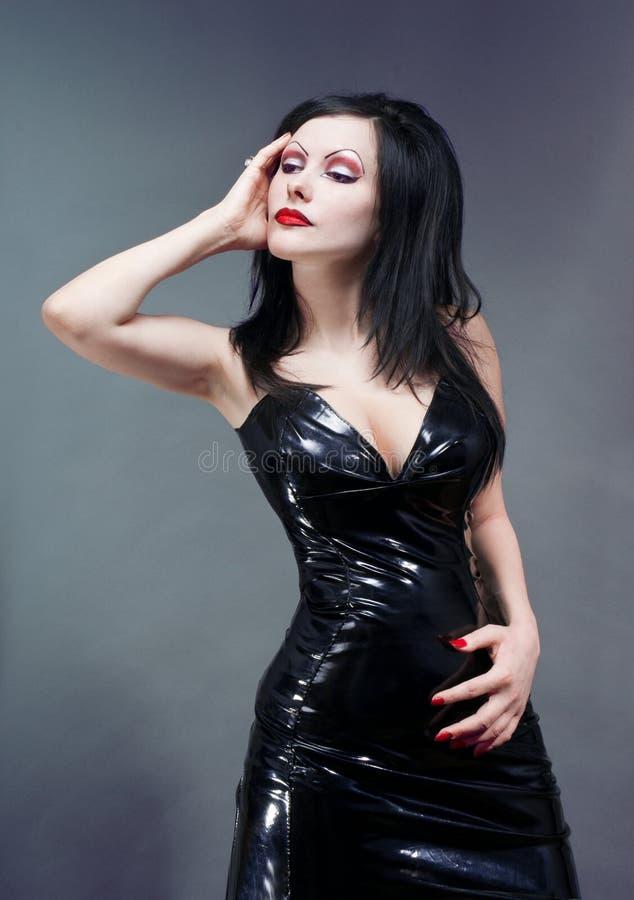 深色的礼服迷信纵向性感的工作室妇&# 库存照片