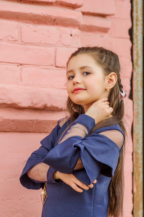 深色的西班牙女孩佩带的牛仔布礼服尖叫骄傲和庆祝非常激动的胜利和的成功,欢呼的情感 图库摄影