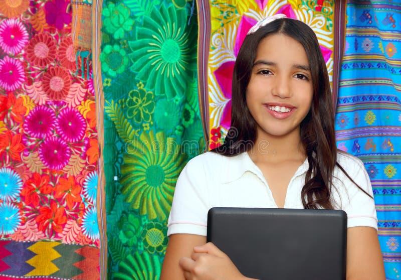 深色的青少年藏品印第安膝上型计算&# 免版税库存图片