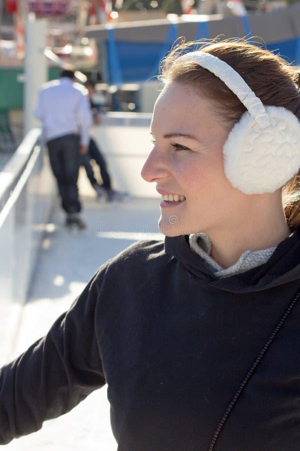 深色的earflaps微笑的妇女年轻人 库存照片