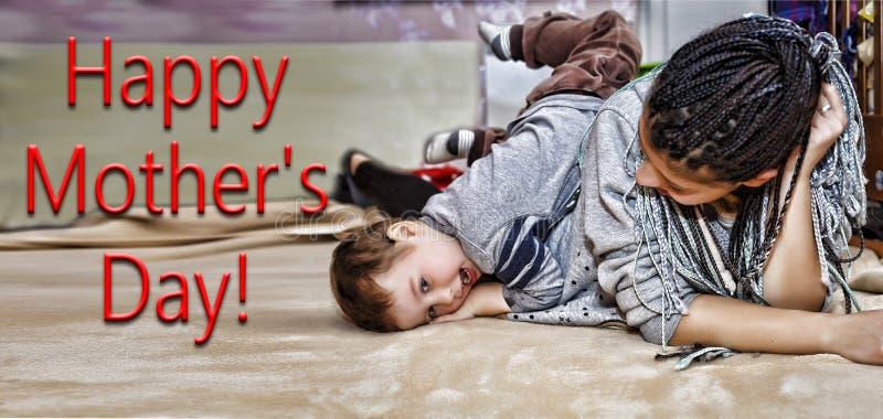 深色皮肤的妈妈,妈妈,戏剧,小儿子,儿子,男孩,婴孩的 免版税库存图片