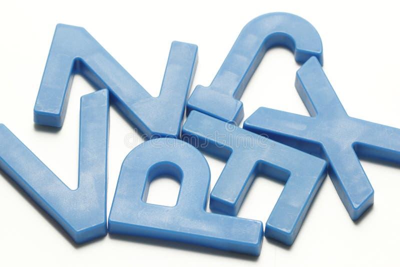 深蓝塑料磁性字母表 库存照片