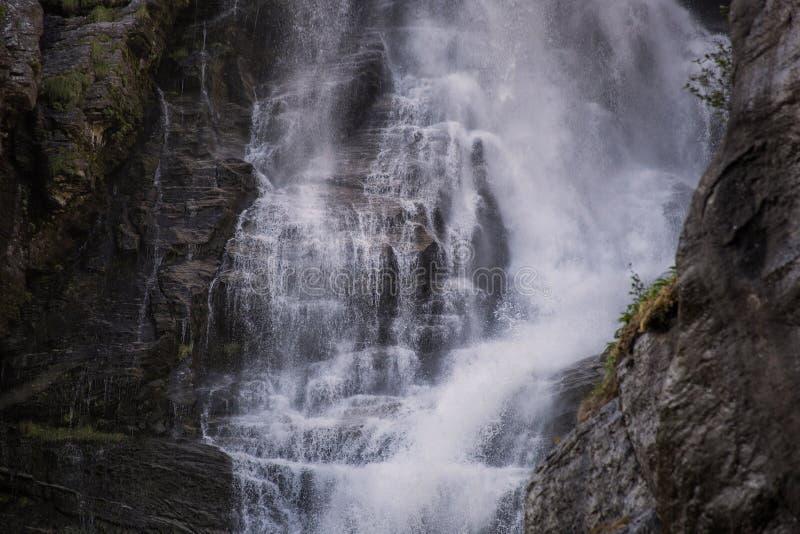 深蓝小河瀑布特写镜头背景,秀丽本质上 图库摄影