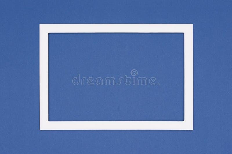 深蓝色纸纹理简单派背景 与空的画框嘲笑的最小的模板 图库摄影