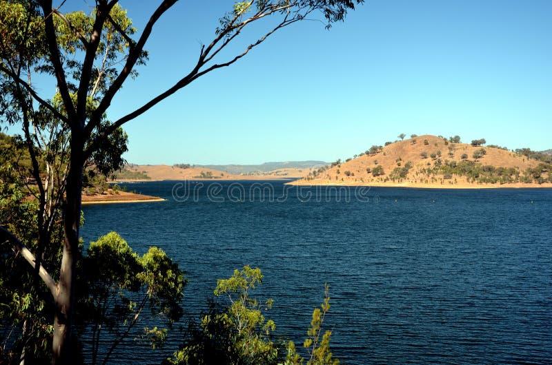 深蓝水在Windamerre湖 库存照片