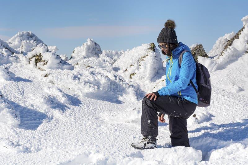 深雪的年轻远足者妇女在山 库存图片