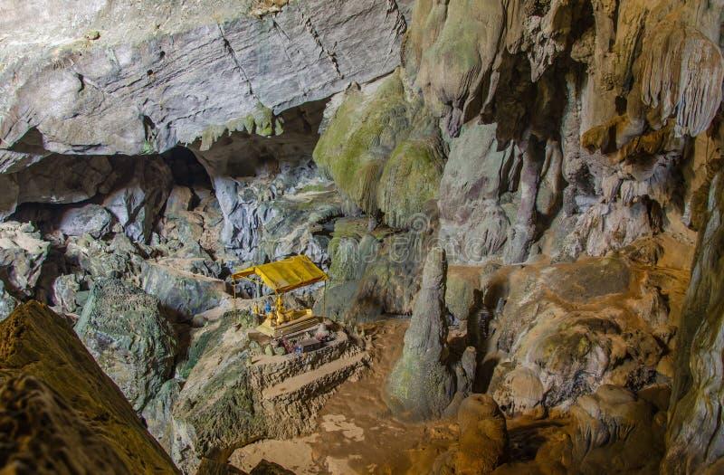深洞的亭子菩萨在老挝,有石笋的 免版税库存照片