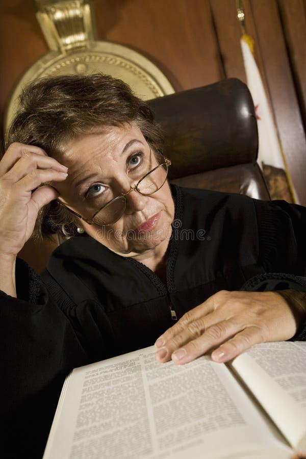 深刻的想法的成熟女性法官 库存照片