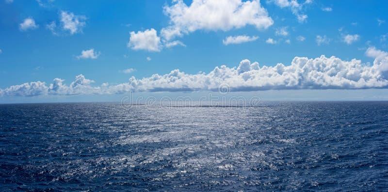 深刻的蓝色海全景 库存图片