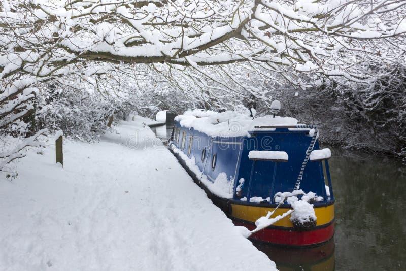 深刻的雪线在牛津附近的一条运河 免版税库存照片