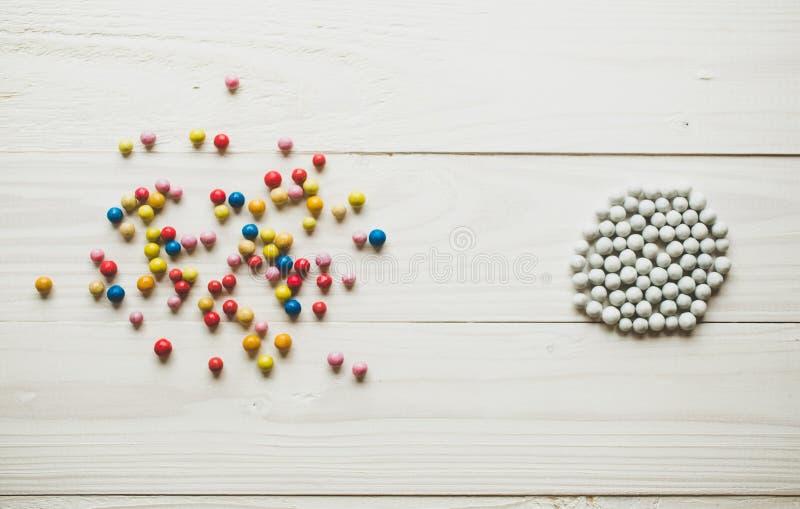 混乱五颜六色的球和组织的白色球 概念性  免版税库存图片