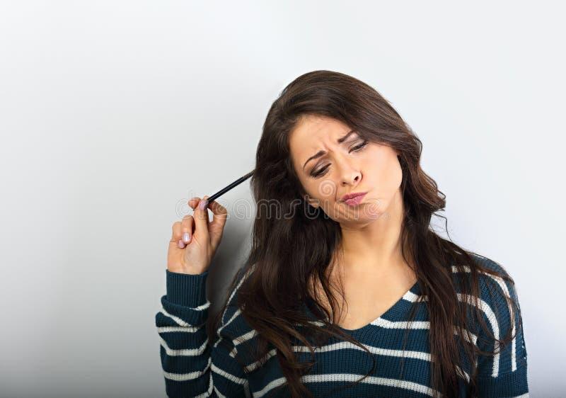 混乱做鬼脸的深色妇女认为 免版税图库摄影