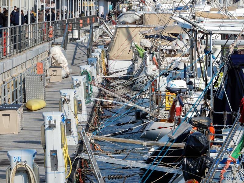 混乱和混乱在被停泊的船在热那亚,意大利港口  免版税库存图片