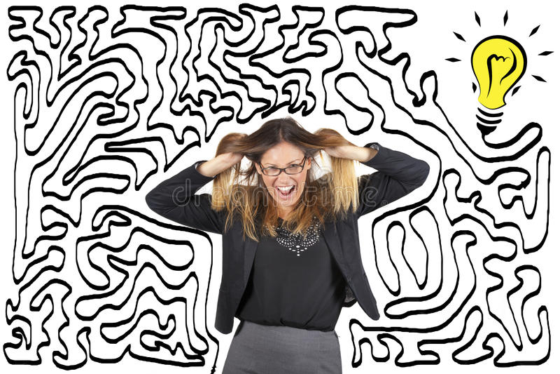 混乱和重音 迷宫和电灯泡 到达解答 女商人被注重拉扯她的头发 库存照片