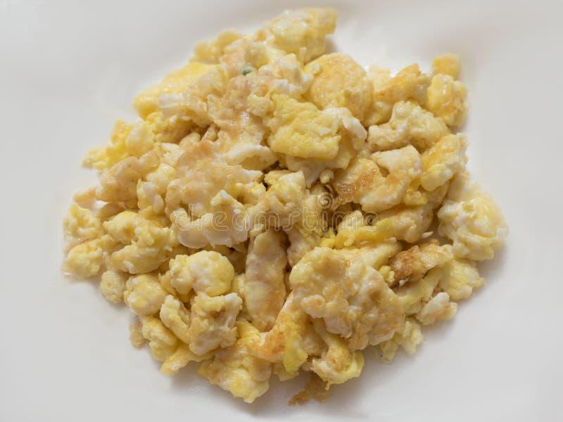 混乱油炸物鸡蛋在白色背景中服务 免版税库存图片