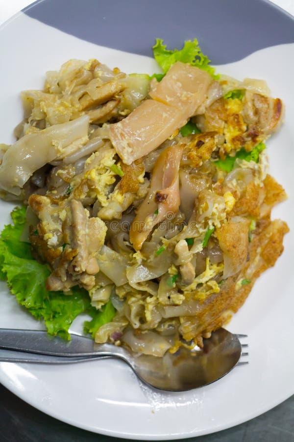 混乱油煎了平的面条和鸡和蛋泰国街道食物 免版税库存照片