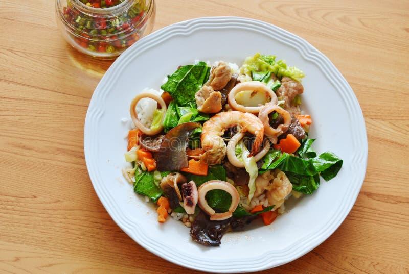 混乱油煎了混杂的菜用海鲜和辣椒鱼子酱 图库摄影