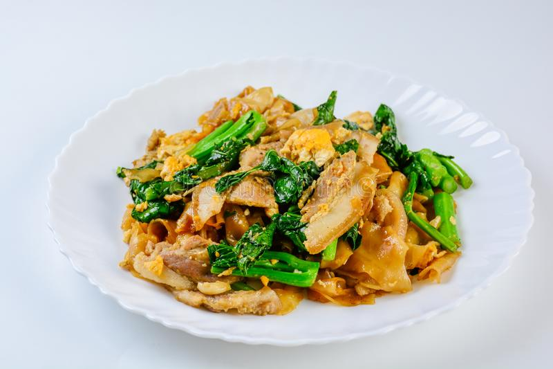 混乱油煎的新鲜的米线用切的猪肉、鸡蛋和无头甘蓝 库存图片