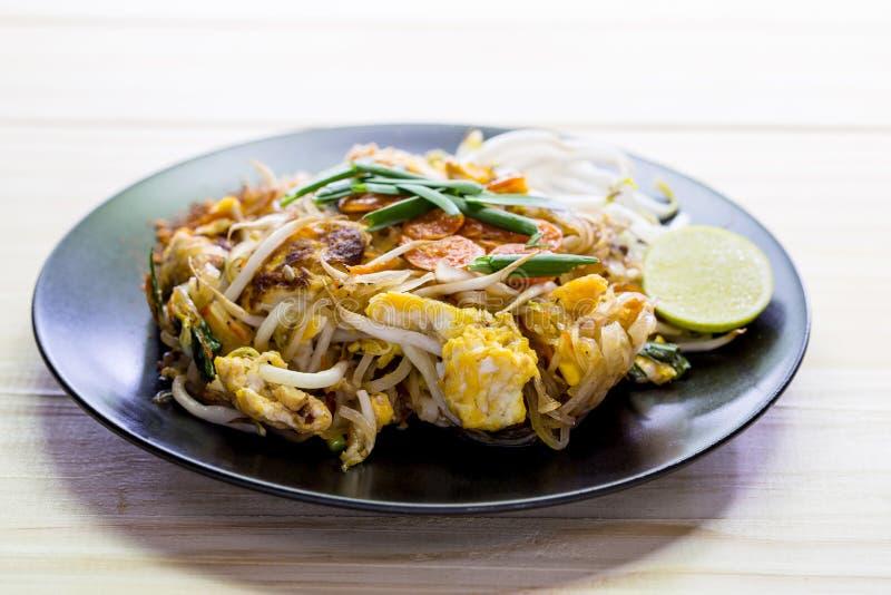 混乱油煎的米线(泰国的垫)是普遍的食物 图库摄影