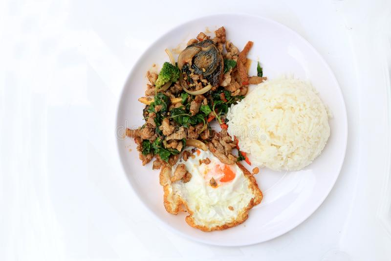 混乱油煎的蓬蒿事假用剁碎的猪肉、鸡、油煎的被保存的鸡蛋和红萝卜、黄色玉米、硬花甘蓝用米和荷包蛋 图库摄影
