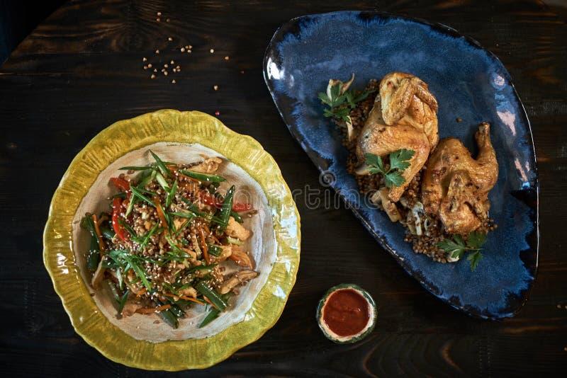 混乱油煎的玻璃面条用剁碎的猪肉和蕃茄,油煎的细面条用与菜混合的鸡蛋,家使泰国 免版税库存图片