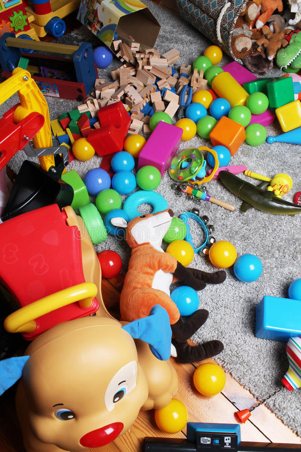 混乱由玩具制成在儿童居室 图库摄影