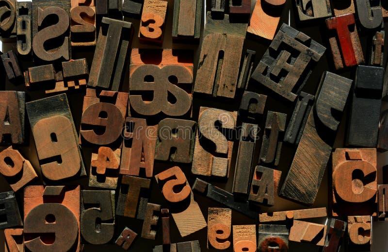 混乱的信件和数字,木活版 免版税库存照片