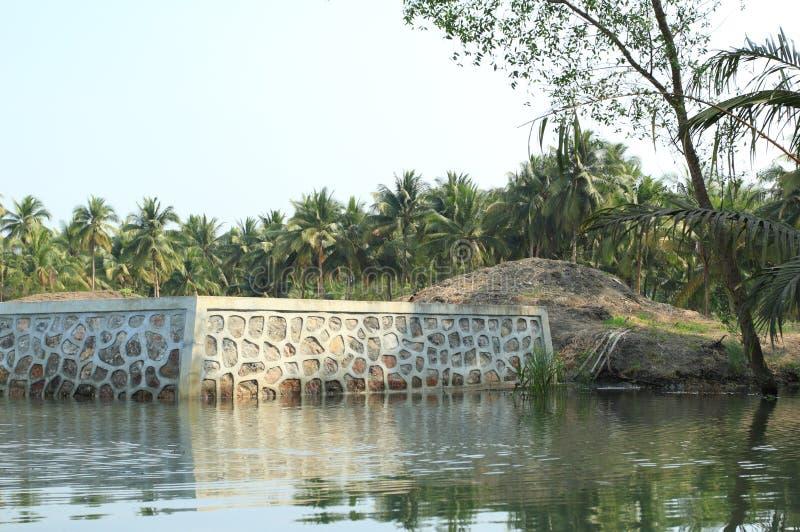 混凝土和岩石水坝在防止土地幻灯片的河岸 免版税库存图片