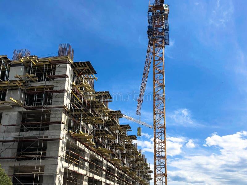 混凝土和气体与许多的硅酸盐块一个整体木屋的建筑使用一台大起重机的脚手架 库存照片