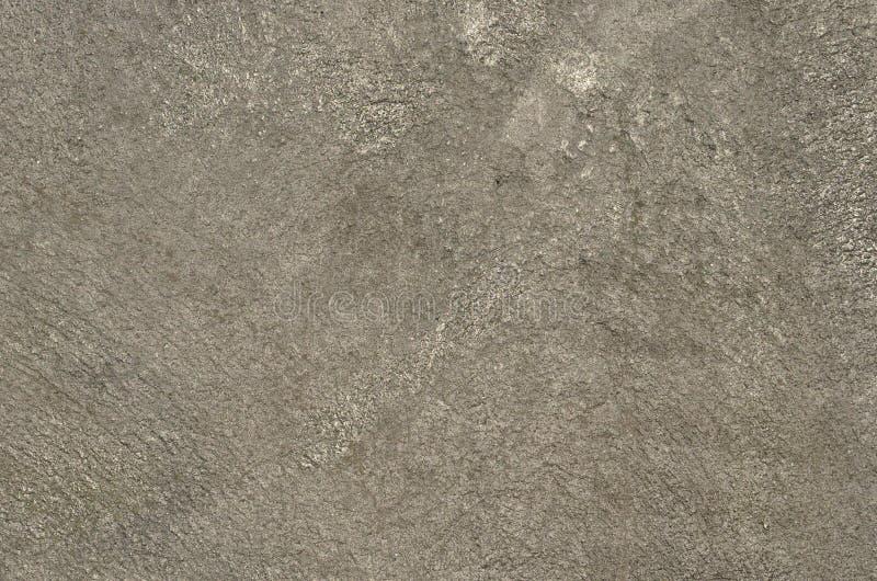 混凝土墙喷枪喷射与银色油漆 免版税库存图片