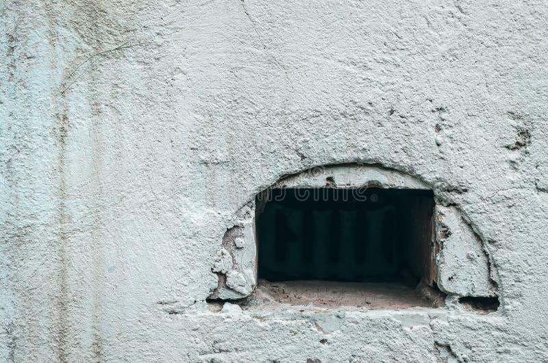 混凝土墙纹理背景 老通风系统 免版税图库摄影