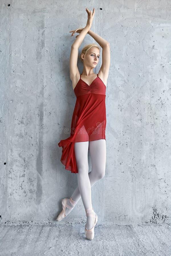 混凝土墙背景的芭蕾舞女演员 图库摄影