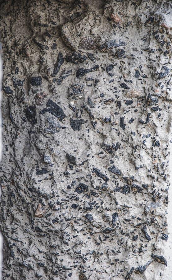 混凝土的纹理 侧视图 墙壁的分裂片段 大被击碎的石头和水泥是可看见的 免版税库存图片