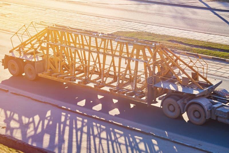 混凝土结构的运输的拖车在阳光下 库存照片