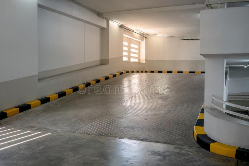 混凝土路和舷梯与黄色和黑遏制 库存照片