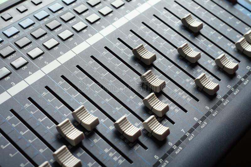 混合專業工作室電視的音頻控制臺 錄音室設備圖片
