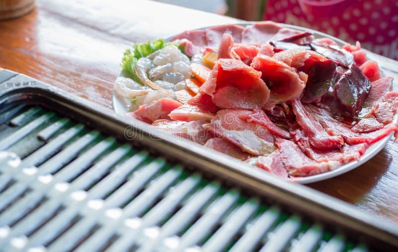 混合准备好的生肉烤和敬酒 库存图片