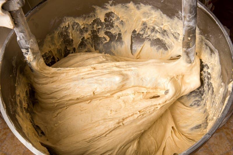 混合在工业面包店立场搅拌器的面团 免版税图库摄影