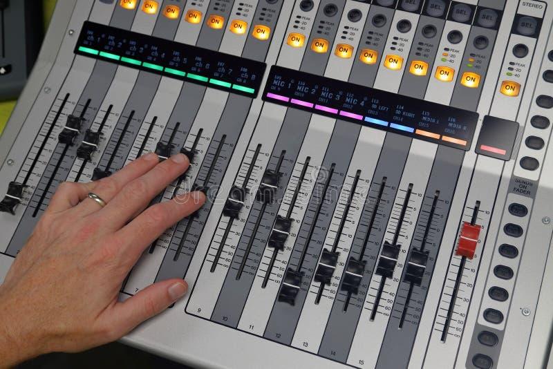 混合在数字式音频共鸣板的手 免版税库存图片