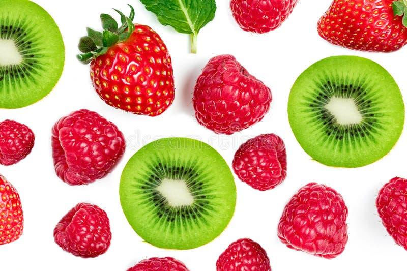 混合在白色背景隔绝的莓果,顶视图 草莓、莓、猕猴桃、蓝莓和薄荷的叶子,平的位置 免版税库存图片